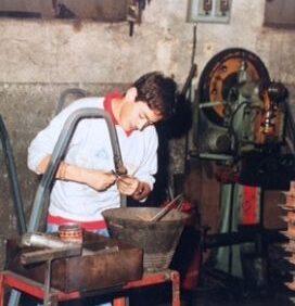 Giovane con disabilità intellettiva all'opera in un laboratorio artigiano