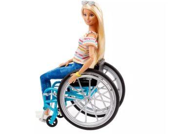 """Barbie in carrozzina della linea """"Fashionistas"""", prodotta dalla Mattel"""