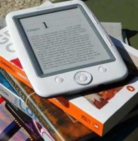 Libro digitale sopra a libri di carta